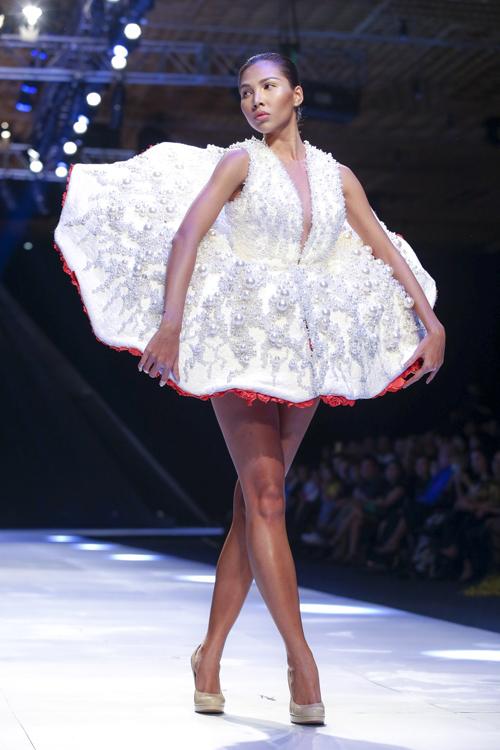 Lấy ý tưởng từ những cánh hoa, nhà thiết kế Lê Thanh Hòa đã gieo nên nhiều cảm xúc khi trình làng bộ sưu tập mới của mình tại Tuần lễ thời trang quốc tế Việt Nam.