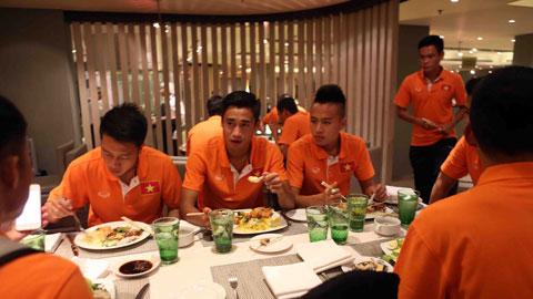 Các tuyển thủ Việt Nam vui vẻ thưởng thức bữa ăn đầu tiên trên đất Malaysia trước khi bước vào tập luyện, chuẩn bị cho trận bán kết lượt đi trên sân khách ngày 7/12 tới.