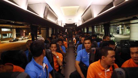 Cả đội lên xe bus được bố trí sẵn để về nơi đóng quân là khách sạn Hilton, cách sân bay khoảng 60km. Dù quãng đường di chuyển dài nhưng các con đường tại đây khá đẹp nên chỉ mất khoảng 45 phút, đội đã đến nơi đóng quân.