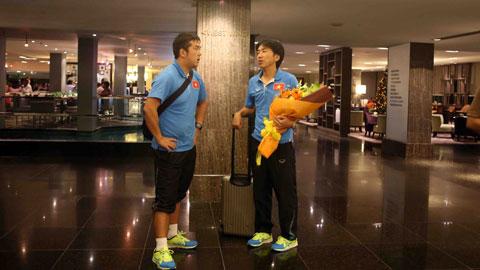 Sau khi đến khách sạn Hilton, HLV Miura và trợ lý Hiroo bàn bạc kế hoạch cho những buổi tập sau đó của đội tuyển