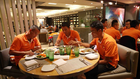 Sau đó, các tuyển thủ ăn tối ngay tại khách sạn.