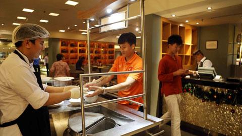 Công Vinh và các đồng đội hài lòng với điều kiện ăn ở tại khách sạn hạng sang.
