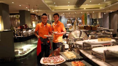 Huy Toàn và Minh Tuấn ấn tượng với các món ăn ngon ở khách sạn Hilton.