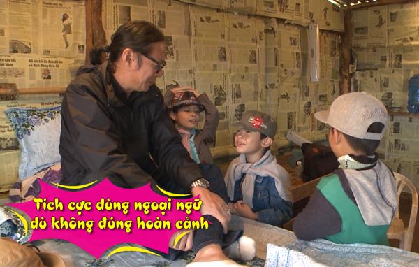 Sau khi no bụng với bữa sáng, các bé tụ tập ở nhà Trần Lực để chơi đùa. Bờm được dịp trổ tài nói tiếng Anh: