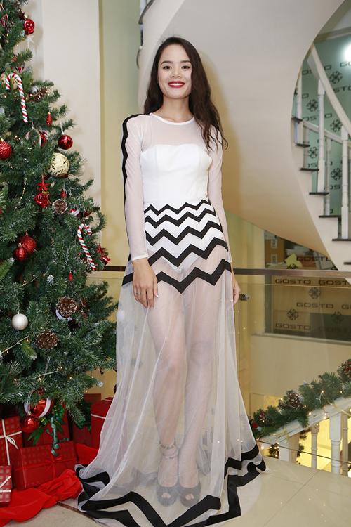 Người mẫu Thu Hiền cũng chọn váy xuyên thấu trên chất liệu vải lưới trắng khi đến tham gia buổi tiệc.