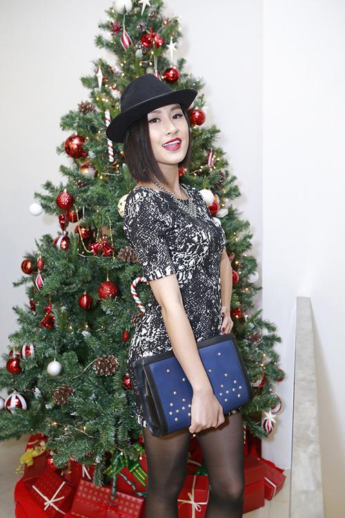 Kathy Uyên giúp mình trẻ trung và năng động hơn với váy ôm khít eo mix cùng nón phớt và ví cầm tay to bản.