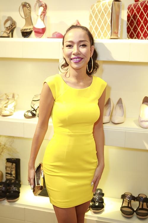 """Ca sĩ Thảo Trang chọn màu vàng tươi nổi bật trên thiết kế váy ôm sát body khoe đường cong """"nóng bỏng""""."""