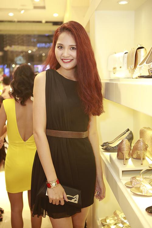 Hương Giang cũng sexy và trẻ trung không kém khi xuất hiện với mẫu váy lệch vai trên tông đen sang trọng.