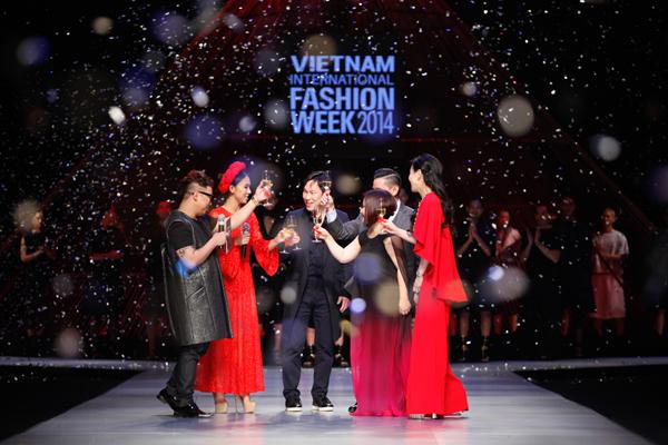 Nhà thiết kế và đại diện các thành viên trong ban tổ chức nâng ly chúc mừng show diễn kết màn hoàn hảo cho Tuần lễ thời trang Việt Nam.