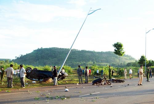 Các xe máy của nạn nhân bị ô tô đâm nằm tứ tung, hư hỏng nặng.