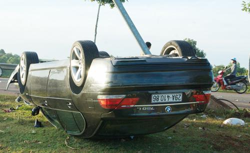 Chiếc ôtô gây tai nạn nằm lật ngửa.
