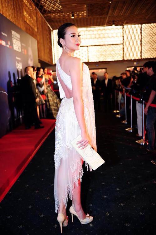 Siêu mẫu toả sáng nhờ trang phục thiết kế tôn nét gợi cảm, trẻ trung trên sắc trắng với điểm nhấn hạt ngọc trai kết nổi của nhà thiết kế Công Trí.