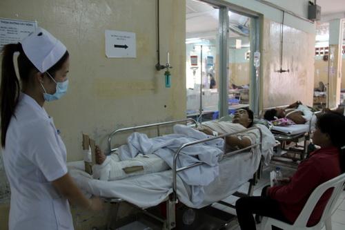 Nạn nhân vụ tai nạn đang được cấp cứu tại bệnh viện Bà Rịa. Ảnh: Hoàng Trường