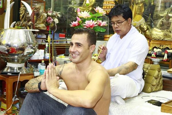 Hôm 6/12 Fabio Cannavaro cùng một người bạn tới tỉnh Pathum Thani của Thái Lan để được nghệ nhân nổi tiếng Ajarn Noo Kanpai xăm hình.