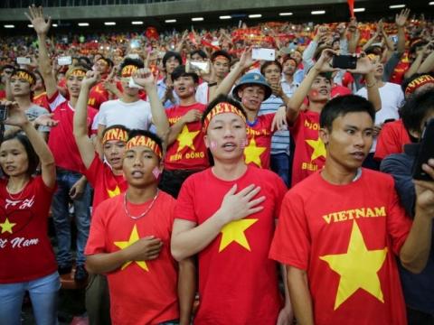 Nhóm CĐV Việt Nam hát quốc ca trước trận bán kết lượt đi trên sân Shah Alam