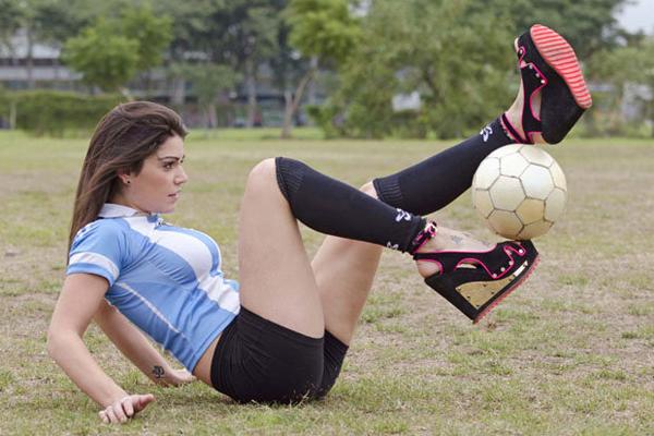 Fiorella Castillo đi giày cao gót tâng bóng điệu nghệ. Ảnh: SC.