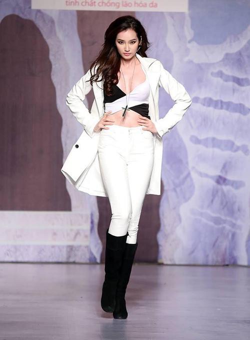 Người đẹp khoe vóc dáng đẹp với trang phục áo hở eo mix cùng skinny và áo choàng tiệp sắc trắng. Lối trình diễn đầy tự tin, mạnh mẽ giúp Trúc Diễm giành được sự tán thưởng của khán giả theo dõi chương trình.