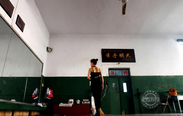 Rongrong is in a local dancing chamber. In order to mitigate sorrow, she would come to dance alone.