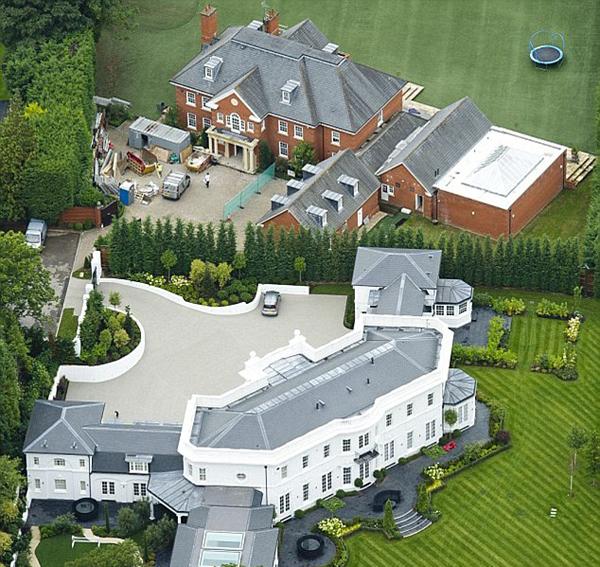 Biệt thự mới của Terry cách hai ngôi nhà cũ vừa bán của anh vài phút lái xe, cũng trong khu vực Surrey.