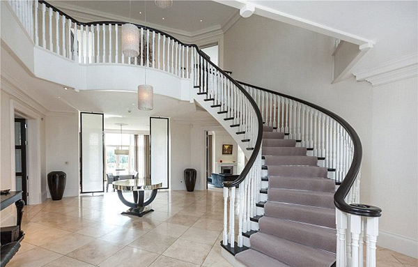 Sau khi mua nhà, Terry còn bỏ ra khoảng 1,5 triệu bảng nâng cấp nội, ngoại thất và cả vườn của khu nhà, biến