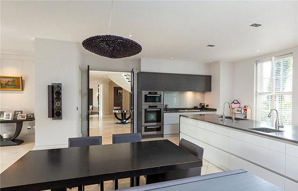 Phòng bếp rộng và hiện đại.