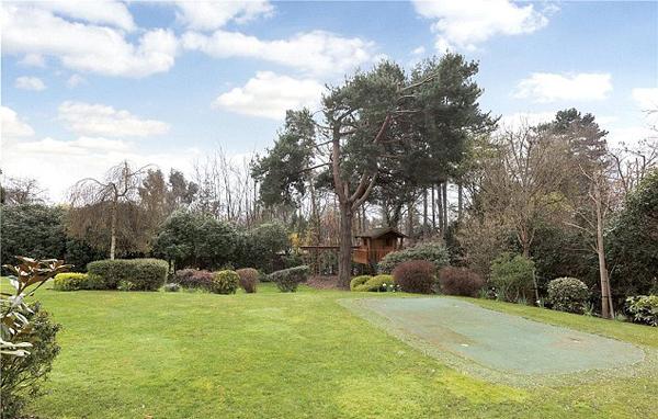 Diện tích sử dụng trong nhà không rộng nhường chỗ cho một khu vườn xanh mướt