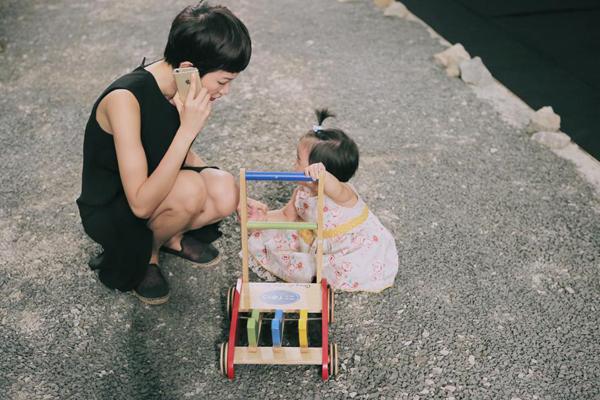 Ngày 25/11,  Xuân Lan tiếp tục đồng hành cùng nhà thiết kế Đỗ Mạnh Cường trong show diễn thời trang cá nhân của anh với chủ đề The Twin. Trong quá trình tập luyện và tổng duyệt cho show diễn, người mẫu cũng dẫn bé Thỏ đến chơi, cô nàng khá thích thú việc đẩy xe trên sàn catwalk rộng lớn.