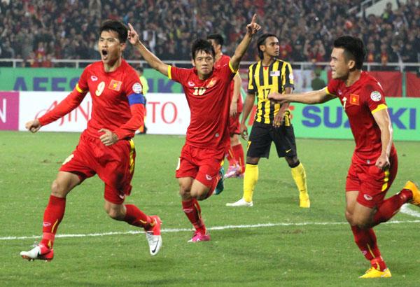 Công Vinh và các đồng đội mừng bàn thắng rút ngắn tỷ số.