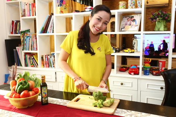 Dù bận rộn với lịch diễn và quay phim, nhưng mẹ Ốc vẫn tự tay chuẩn bị bữa ăn cho 2 nhóc và tuân thủ đúng các qui trình về dinh dưỡng