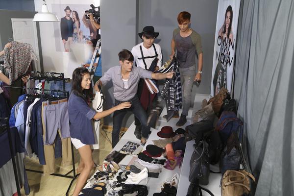 Các stylist sẽ tranh thủ khi bạn cùng nhóm mình trang điểm và làm tóc thì họ cũng đi chọn trang phục và phụ kiện cho phù hợp.