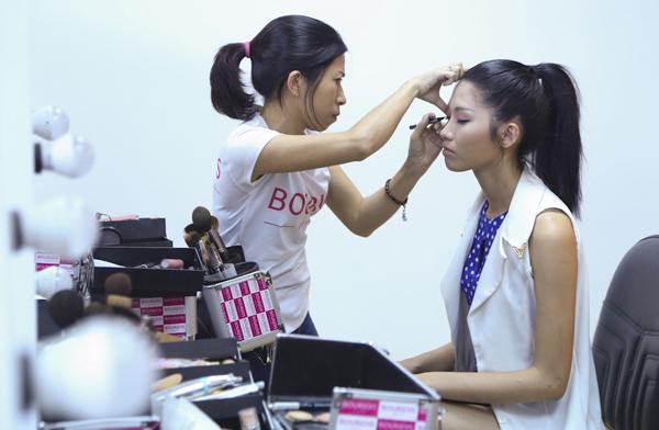 Các thí sinh sẽ phối hợp giữa việc trang điểm, tạo kiểu tóc và trang phục sao cho hài hòa và phù hợp với
