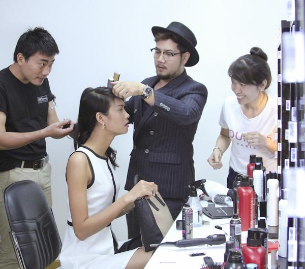 Các thí sinh sẽ được các chuyên gia làm tóc và trang điểm và chọn trang phục phù hợp