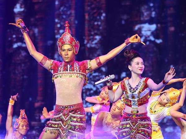 Minh Trung - Đinh Hương thể hiện 'Mưa bay tháp cổ' với màn trình diễn được đầu tư công phu, hoành tráng.   Quang Linh nhận xét, tiết mục dàn dựng đẹp, trang phục đẹp và họ hát hay. Họ được 28 điểm.