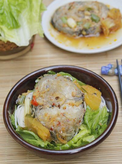Thịt cá chắc, thấm gia vị được kho cùng với dứa và các gia vị như gừng, tỏi, ớt để làm tăng thêm phần thơm ngon cho món ăn, dùng kèm với bún và rau.