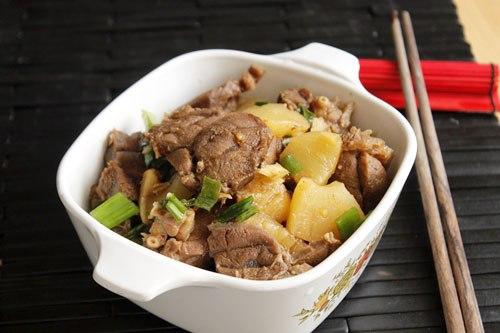Thịt bắp bò kho dứa Chỉ cần 5 bước đơn giản từ hai nguyên liệu chính là thịt bắp bò và dứa xanh, bạn đã có món kho ngon lành cho bữa cơm nhanh gọn, ấm cúng.