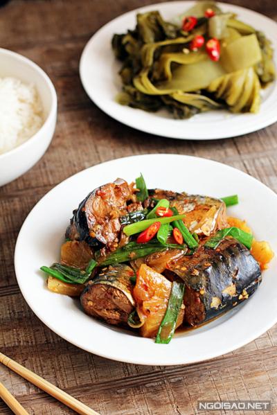 Món cá kho thấm đẫm gia vị ăn kèm với cơm trắng trong những ngày mưa là thích hợp nhất.