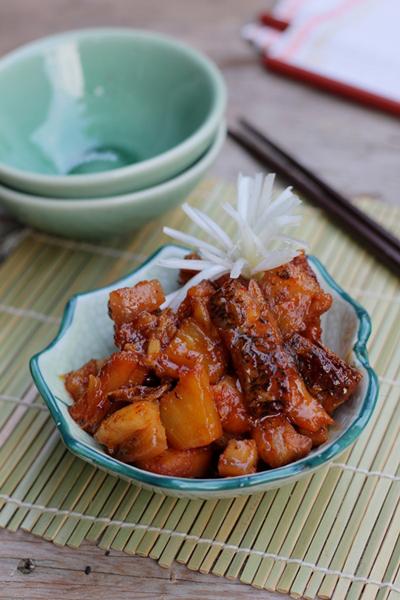 Vị ngọt dịu từ dứa cân bằng vị mặn của cá lóc khô, hòa quyện chút cay nhẹ của ớt, dùng với cơm trắng khi thời tiết se lạnh thật ngon tuyệt.