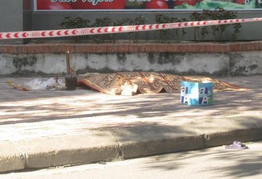 Thi thể nạn nhân được đắp chiếu nằm cạnh chân tường tòa nhà