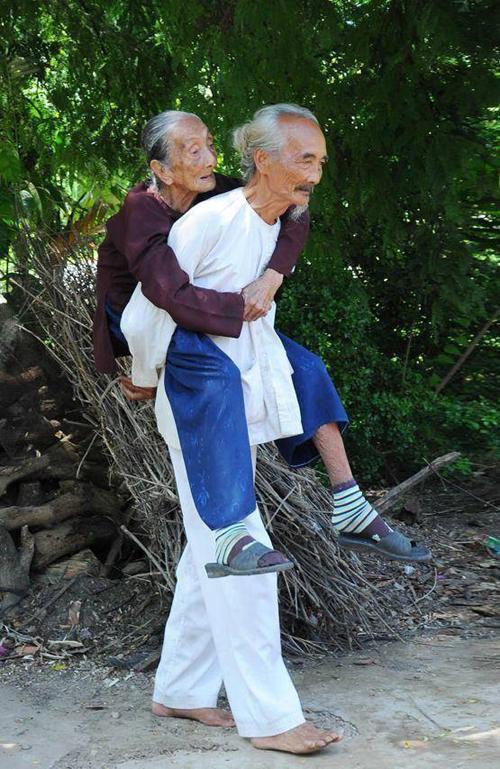 Hình ảnh được ghi lại tại ấp An Ngải, xã An Thạnh, huyện Thạnh Phú, tỉnh Bến Tre. Cụ ông 85 tuổi tóc bạc trắng vẫn ngày ngày chăm sóc mẹ già 113 tuổi.