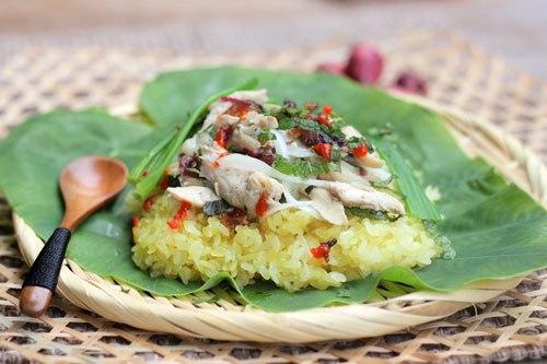 Món xôi được ăn kèm với gà xé phay trộn với hành tây, rau răm, hạt xôi chắc, mềm, xen lẫn với vị cay nhẹ của tương ớt và mùi thơm của hành phi.