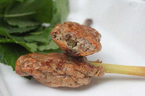 Món giò sống quấn sả hay còn gọi là nem lụi, thường vo tròn sau đó ghim vào trong que tre đem nướng trên than hoa, có khi ấn dẹp quấn vào cây sả để nướng. Ăn kèm với bánh tráng cuốn rau, hay ăn cơm đều ngon.