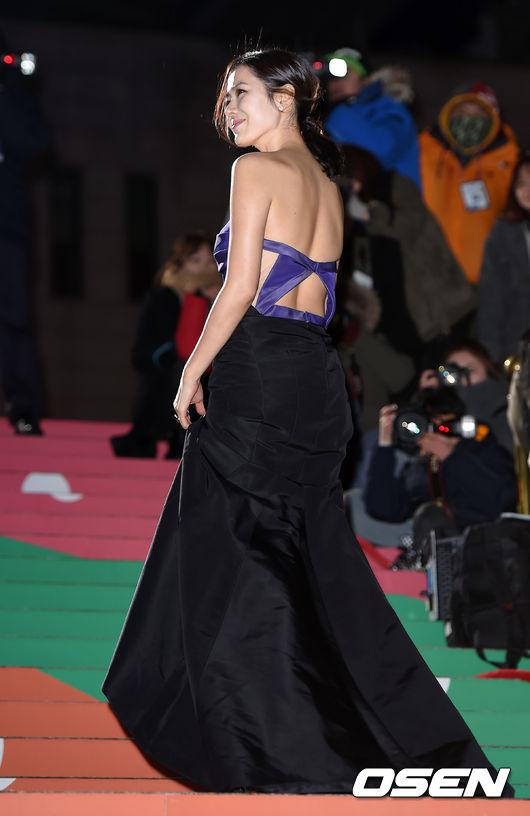 Son Ye Jin thu hút nhiều chú ý khi xuất hiện trên thảm đỏ Liên hoan phim Rồng Xanh hôm 17/12. Nữ diễn viên Hàn