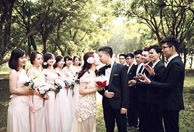 Cô dâu chú rể chụp ảnh cưới vui vẻ bên bạn bè