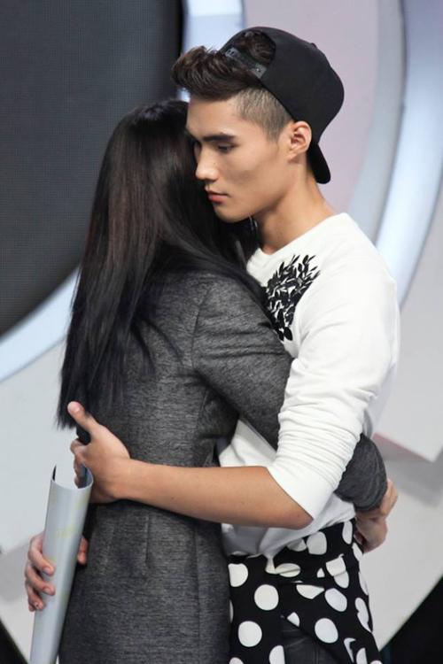Đức Hùng bịn rịn chia tay Quỳnh Châu, chàng trai có vẻ lầm lì nhất cuộc thi đã khóc nức nở khi tạm biệt người yêu.