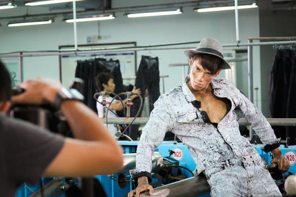 ái tóc vàng cá tính kết hợp cùng trang phục... giúp thí sinh A nổi bật, phong cách trong shoot hình