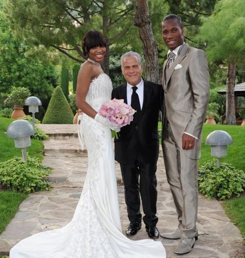 Tiền đạo Bờ biển Ngà và vợ trong đám cưới lại mùa hè 2011.