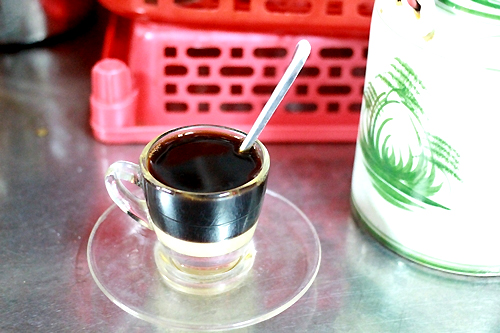cà phê vợt cổ giữa Sài Gòn hiện đại