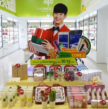 Hàng nghìn sản phẩm quà tặng của chương trình tại cửa hàng.