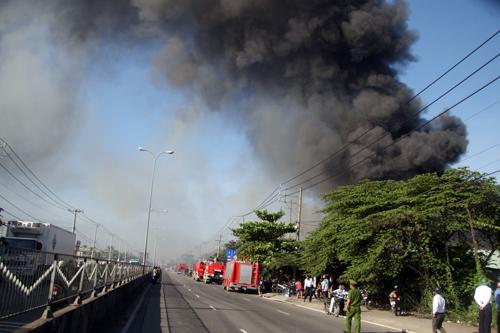 Chiều đường ngang qua hiện trường cháy trên quốc lộ 1A bị phong tỏa để phục vụ công tác chữa cháy.