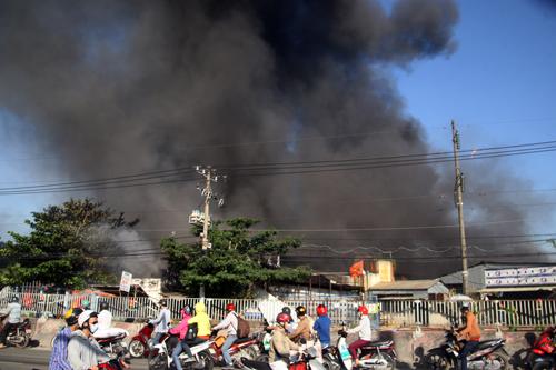 Trong hiện trường cháy chứa nhiều mút xốp, ván ép, simili...nên khói đen mù mịt bao trùm khiến công tác cứu hỏa gặp nhiều khó khăn.
